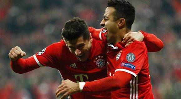 Lewandowski y Thiago celebran durante la goleada del Bayern Munich al Arsenal. Foto tomada de Marca.