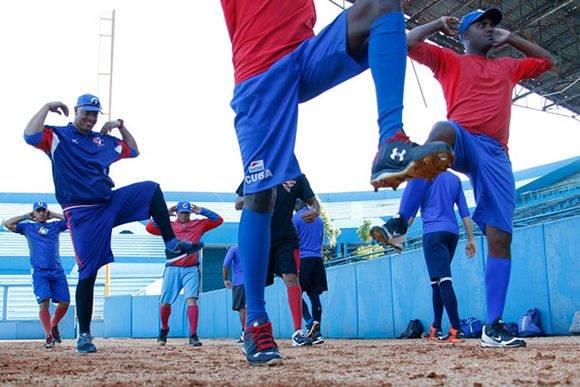 Preselección cubana entre en el estadio Lationamericano en preparación para el Clásico Mundial. Foto: Roberto Morejón/ Jit.