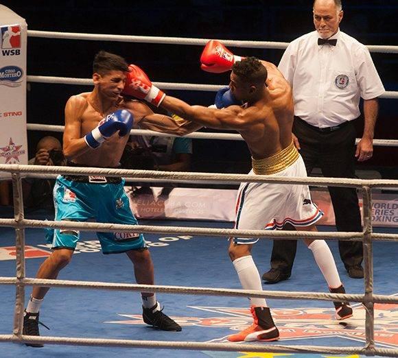 El cubano Armando Martínez (blanco), de la categoría de los 60 kg. frente al argentino Joel Marcos Mafauad, en la VII Serie Mundial de Boxeo, en el Coliseo de la Ciudad Deportiva en La Habana, el 17 de febrero de 2017. ACN FOTO/Diana Inés RODRÍGUEZ RODRÍGUEZ/