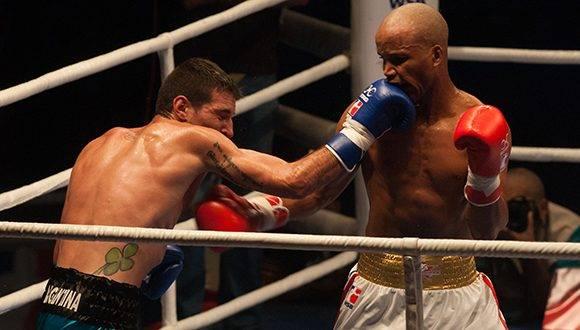 El cubano Roniel Iglesias (blanco), de la categoría de los 69 kg. frente al argentino Federico Chinea, en la VII Serie Mundial de Boxeo, en el Coliseo de la Ciudad Deportiva en La Habana, el 17 de febrero de 2017. ACN FOTO/Diana Inés RODRÍGUEZ RODRÍGUEZ/