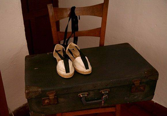 Alpargatas y maleta, pertenecientes al poeta. Foto: Jennifer Romero.