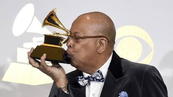 El pianista cubano Chucho Valdés besa el Grammy que recibió esta tarde debido a su rol estelar en un disco de tributo a la legendaria agrupación Irakere. Foto: AP.