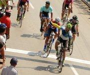Leandro Marcos de La Habana (C), gana la 6ta etapa corrida de Camagüey a Ciego de Ávila, como parte del IV Clásico de Ciclismo de Ruta, a su llegada a la capital avileña, en Cuba,  el 18 de febrero de 2016.    ACN  FOTO/ Osvaldo GUTIÉRREZ GÓMEZ/ rrcc
