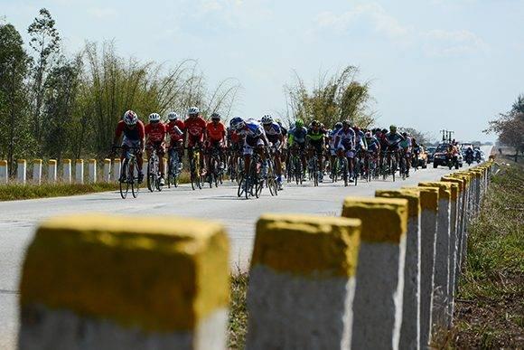 Ciclistas pedalean, durante la 6ta etapa Camagüey-Ciego de Ávila de113 kms, en el IV Clásico Nacional de Ciclismo de Ruta, en Cuba, el 19 de febrero de 2017. ACN FOTO/ Calixto N. LLANES/ Periódico Juventud Rebelde/ rrcc