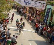 Leandro Marcos de La Habana (C), gana la 6ta etapa corrida de Camagüey a Ciego de Ávila,  detrás  Miguel Valido de Holguín, y Yosvani Estupiñan de Matanzas, como parte del IV Clásico de Ciclismo de Ruta, a su llegada a la capital avileña, en Cuba,  el 18 de febrero de 2016.    ACN  FOTO/ Osvaldo GUTIÉRREZ GÓMEZ/ rrcc