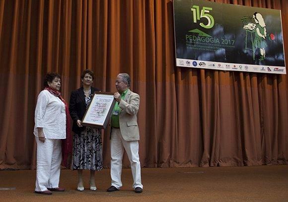 Reconocimiento del Ministerio de Educación de Cuba a la Doctora Leticia Adelina Rodríguez. Foto: Ladyrene Pérez/ Cubadebate.