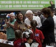 El Ministerio de Educación de Cuba ofreció un reconocimiento a José Ramón Fernández por su apoyo al desarrollo de la educación en las ediciones de este congreso. Foto: Ladyrene Pérez/ Cubadebate