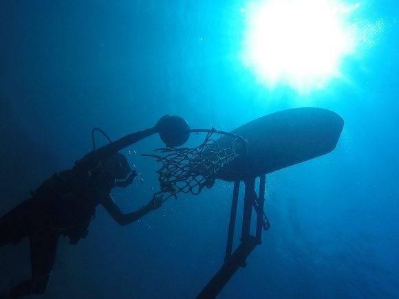 Bajo el mar. Escena de un partido de básquet submarino capturada en imagen por Josephine Goldman, de 13 años. Foto: Josephine Goldman/ National Geographic.