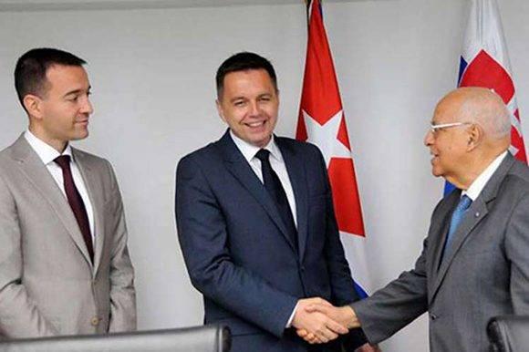 Los ministros de Finanzas y Salud de Eslovaquia, Peter Kažimír y Tomáš Drucker, se encuentran en Cuba con el objetivo de fortalecer las relaciones comerciales. Foto tomada de Prensa Latina.