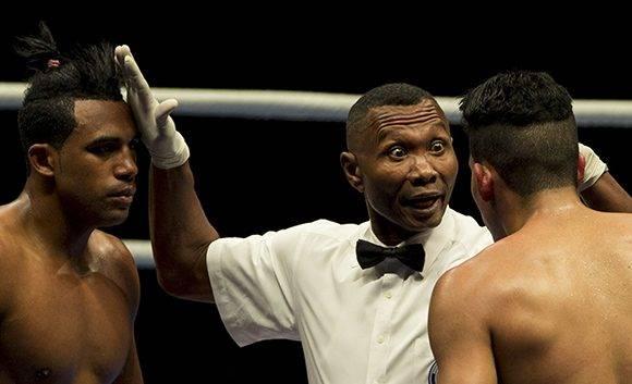 Levanten la cabeza, dice el árbitro a Arlen López y Keiber González. Foto: Ismael Francisco/ Cubadebate.
