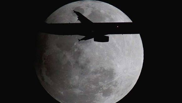 Un Airbus se aproxima a Orlando, en la Florida, durante el eclipse. Foto tomada de El Clarín.