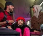 Los yemeníes Saleh Alambri, Samar Alwahiri y su hija Laila Alambri pudieron llegar a EE.UU. tras permanecer varados en Yibuti por la orden presidencial. Foto: AFP.