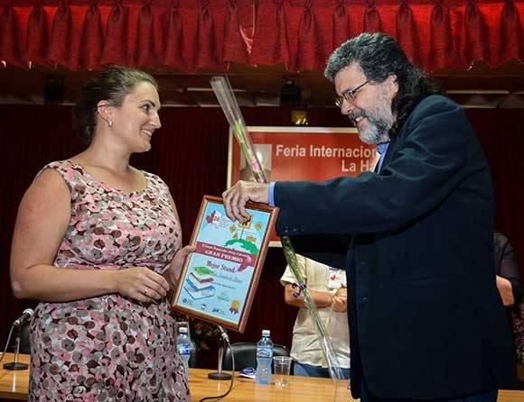 Abel Prieto, ministro de Cultura, entrega el Gran Premio, al Mejor Stand, para Canadá, país invitado de honor a la de la XXVI Feria Internacional del Libro de La Habana. Foto: ACN/ Abel Padrón.