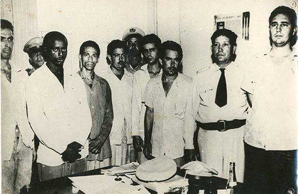 Fidel Castro (der.) en el Vivac de Santiago de Cuba, de izquierda a derecha, los combatientes Armando Mestre, Juan Almeida Bosque, José Suárez y el comandante Rafael Morales, el 1 de agosto de 1953. Fuente: Archivo Nacional de Cuba/ Sitio Fidel Soldado de las Ideas.