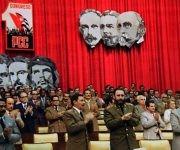 Junto a Raúl Castro, Juan Almeida Bosque y otros miembros durante la clausura del I Congreso del Partido Comunista de Cuba (PCC) en el teatro Karl Marx, el 22 de diciembre de 1975. Fuente: Estudios Revolución/ Sitio Fidel Soldado de las Ideas.