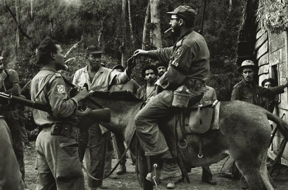 Fidel Castro En uno de sus recorridos habituales por el territorio montañoso de la Sierra Maestra en 1957. Fuente: Oficina de Asuntos Históricos del Consejo de Estado/ Fidel Soldado de las Ideas.