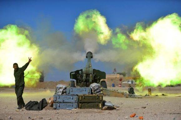 Un miembro de las Fuerzas de Movilización Popular dispara contra posiciones del Estado Islámico en el oeste de Mosul. Foto: Reuters.