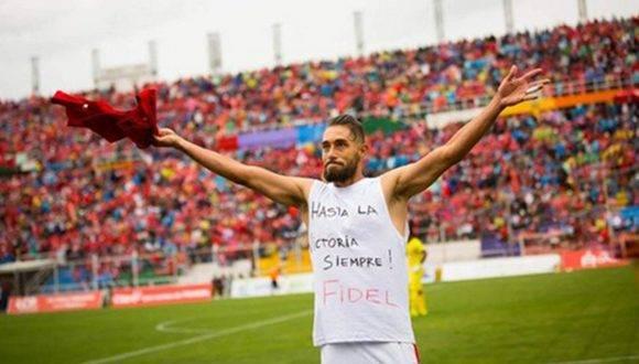 Juan Cominges, el futbolista peruano que celebró un gol con este mensaje dedicado a Fidel. Foto: @JUanchiCominges.
