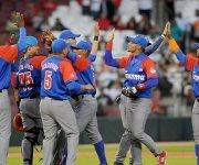 El equipo cubano Alazanes de Granma celebra la victoria ante los dominicanos Tigres de Licey, 4-0 en el primer juego de la Serie del Caribe 2017. Foto: Ricardo López/ Granma/ ACN.
