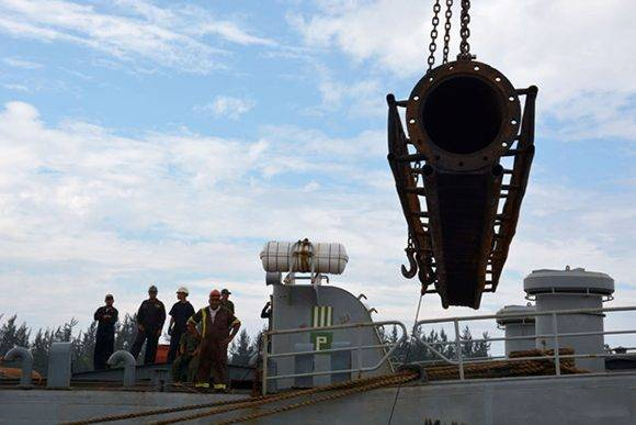 Arribo del buque AB Esequibo Tango 62 con materiales y equipos enviados por el gobierno  de Venezuela  para la reconstrucción del puente sobre el río Toa, en el municipio de Baracoa, por el puerto Raúl Díaz Argüelles, en la ciudad minera de Moa, provincia de Holguín, Cuba, el 23 de febrero de 2017. ACN FOTO/Juan Pablo CARRERAS