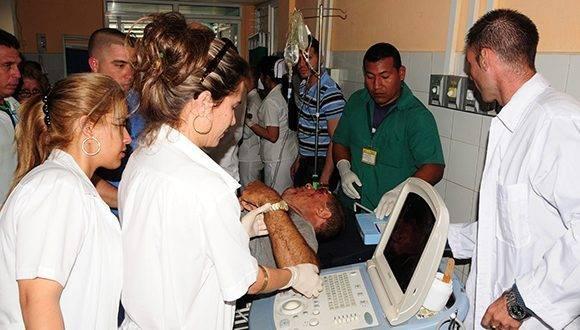 Cada uno de los heridos recibe la máxima atención de acuerdo a las particularidades de sus lesiones. Foto: Vicente Brito/ Escambray.