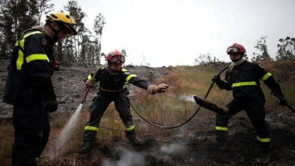 Los bomberos y voluntarios de diversos países ayudaron con la erradicación de los incendios que asolaban la región. | Foto: tomada de TeleSur
