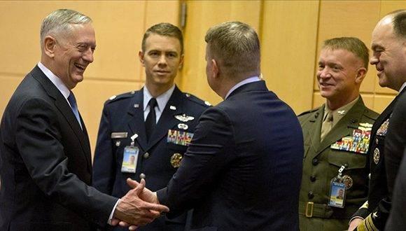 El secretario de Defensa de los Estados Unidos Jim Mattis i conversa con miembros de su delegacion antes del comienzo de la reunion de Ministros de Defensa de la OTAN en Bruselas Bélgica hoy 15 de febrero de 2017. Foto: EFE.
