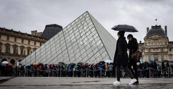 Turistas ante el museo del Louvre, en París. Foto:  IAN LANGSDON (EFE)