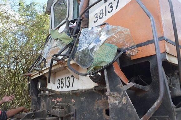 Según testigos, la locomotora arrastró varios metros al coche-motor. Foto: Carlos Luis Sotolongo/ Escambray.