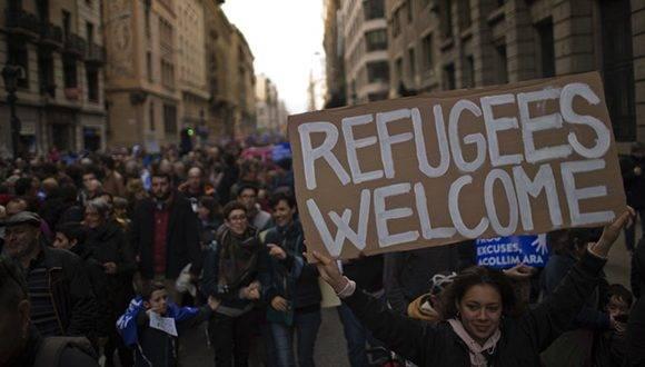 Bienvenidos refugiados, decía uno de los carteles con apoyo a los refugiados. Foto: AP.