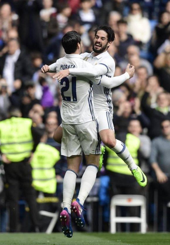 Morata e Isco se saludan luego del primer gol. Foto: Javier Soriano/ AFP.