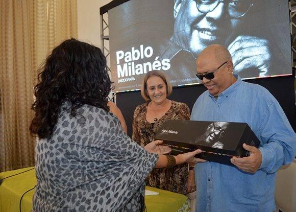 Pablo recibió la sorpresa y el regalo por su cumpleaños 74 de La Colección. Foto: Marianela Dufflar/ Cubadebate.