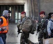 Soldados franceses afuera del museo Louvre donde un soldado disparó contra un atacante en París este viernes. Foto: Reuters.