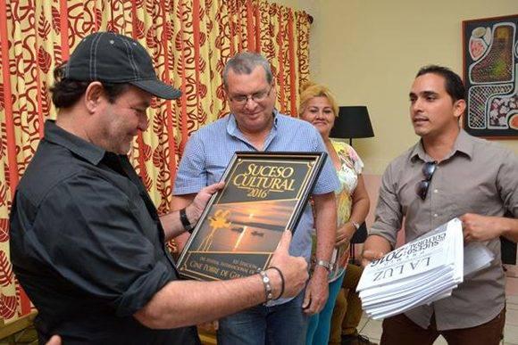 El actor Jorge Perugorría (I), Presidente del Comité Organizador del Festival Internacional de Cine de Gibara, recibe el certificado de Suceso Cultural, otorgado por la crítica especializada, durante la conferencia de prensa efectuada en el salón del protocolo del teatro Eddy Suñol, de la ciudad de Holguín, Cuba, el 24 de febrero de 2017. ACN FOTO/ Juan Pablo CARRERAS/ rrcc