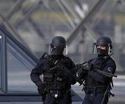 Soldados franceses afuera del museo Louvre donde un soldado disparó contra un atacante en París este viernes.