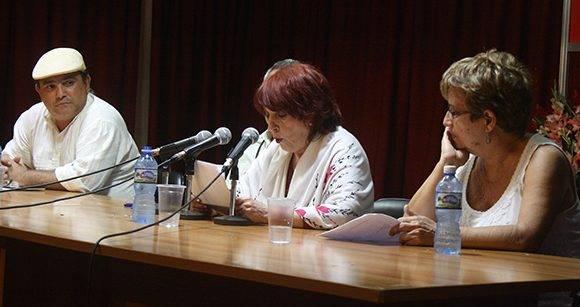 Margarita Mateo lee las palabras de agradecimeinto, tras ser merecedora del Premio Nacional de Literatura 2016. Foto: José Raúl Concepción/ Cubadebate.
