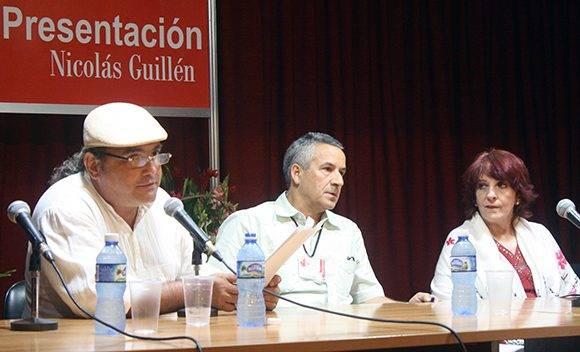 José Antonio Baujín lee las palabras de reconocimiento a Margarita Mateo, Premio Nacional de Literatura 2016. Foto: José Raúl Concepción/ Cubadebate.