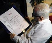 El Doctor Armando Hart Dávalos recibe el Premio Nacional de Periodismo. Foto: Yoandry Ávila.