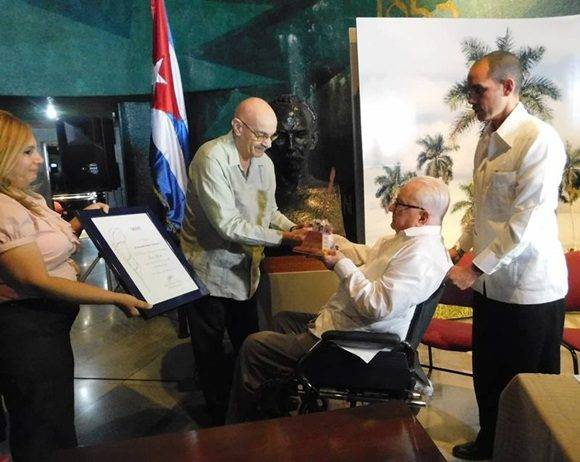 El Doctor Armando Hart Dávalos recibe el Premio Nacional de Periodismo de manos de Antonio Moltó, presidente de la UPEC.Foto: Yoandry Ávila.