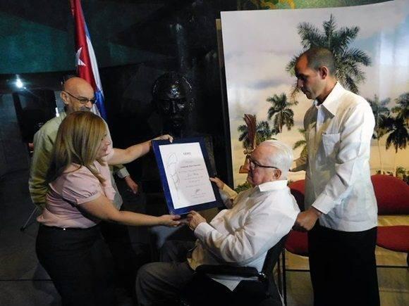 El Doctor Armando Hart Dávalos recibe el Premio Nacional de Periodismo de manos de Antonio Moltó, presidente de la UPEC. Foto: Yoandry Ávila.