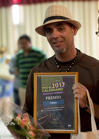 Yonnier Torres se llevó el premio en Poesía. Foto: Ismael Francisco/ Cubadebate.