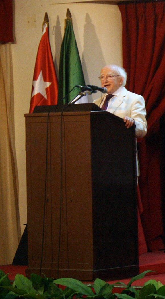 """El presidente de Irlanda, Michael D. Higgins, presenta el libro """"El crimen del Estrella de Mar"""" en la Feria Internacional del Libro de La Habana. Foto: Cubadebate."""