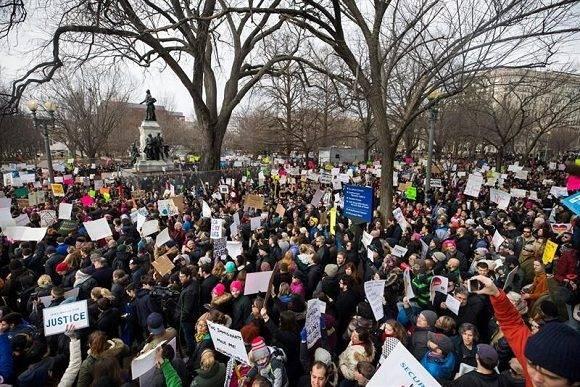 Miles de personas protestan contra el veto migratorio temporal que impuso el presidente de EE.UU., Donald Trump, a siete países de mayoría musulmana, el 29 de enero en Washington, EE.UU. Foto: EFE.