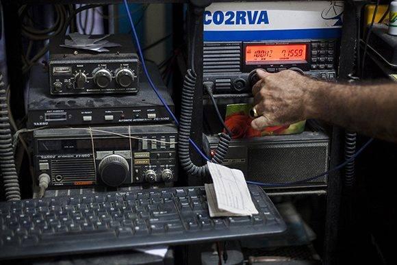 René también forma parte de la Federación de Radioaficionados de Cuba. Foto: Fernando Medina/ Cachivache Media.