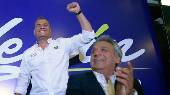 Lenín Moreno y Rafael Correa celebran la victoria de Alianza País en las elecciones de Ecuador. Foto: AFP.