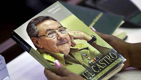 """El libro """"Raúl Castro, un hombre en Revolución"""" fue el libro más vendido y demandado en Cuba en 2016. Foto: Ismael Francisco/CUBADEBATE."""