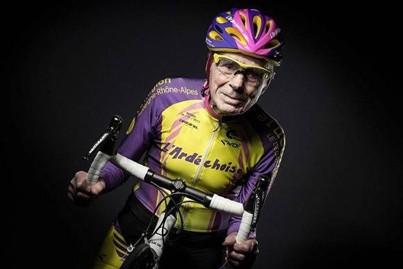 Robert Marchand, 105 años, en París el 5 de enero de 2017, un día después de establece con su bicicleta el récord del mundo de la hora para personas de su edad. Foto: Joel Saget/Agence France-Presse — Getty Images