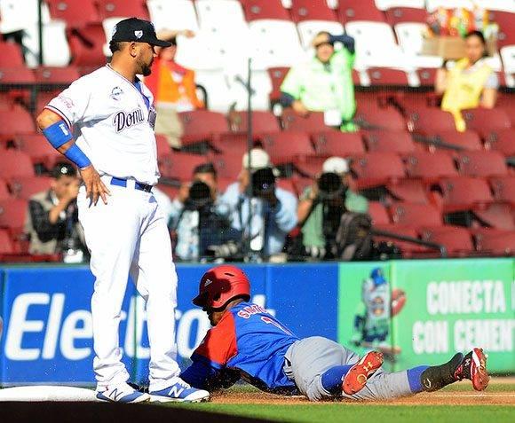 Triple de Roel Santos de los Alazanes de Granma, de Cuba, en el juego frente a los Tigres de Licey, de República Dominicana. Foto: Ricardo López/ Granma/ ACN.