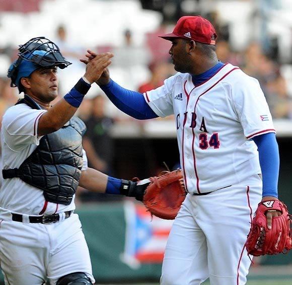 El lanzador derecho Vladimir García (D) y el receptor Frank Camilo Morejón, ambos de Cuba, durante el segundo partido entre los Alazanes de Granma y los Criollos de Caguas, de Puerto Rico, en la LIX Serie del Caribe de Béisbol, en el estadio de los Tomateros de Culiacán, México, el 3 de febrero de 2017.  ACN  FOTO/Ricardo LÓPEZ HEVIA/sdl