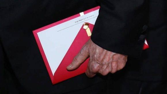 El sobre que leyeron Beatty y Dunaway y que llevó al error. Foto: Reuters.